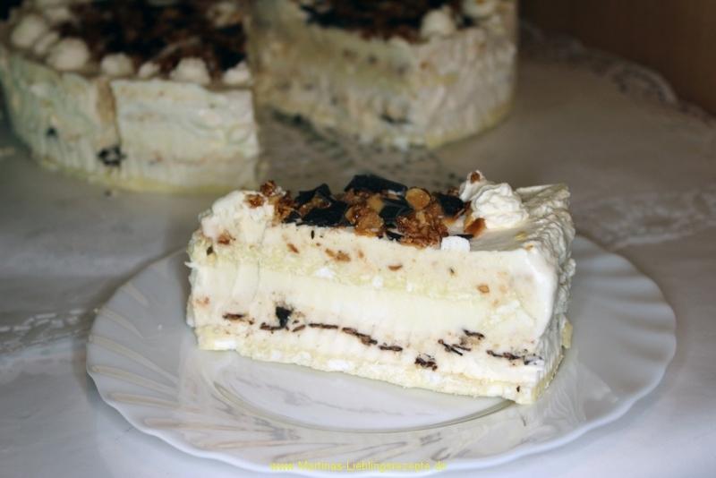 Eistorte mit Baiser und Schokoladenraspeln