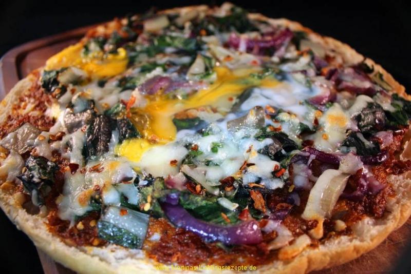Fladenbrot-Pizza mit Mangold und Ei