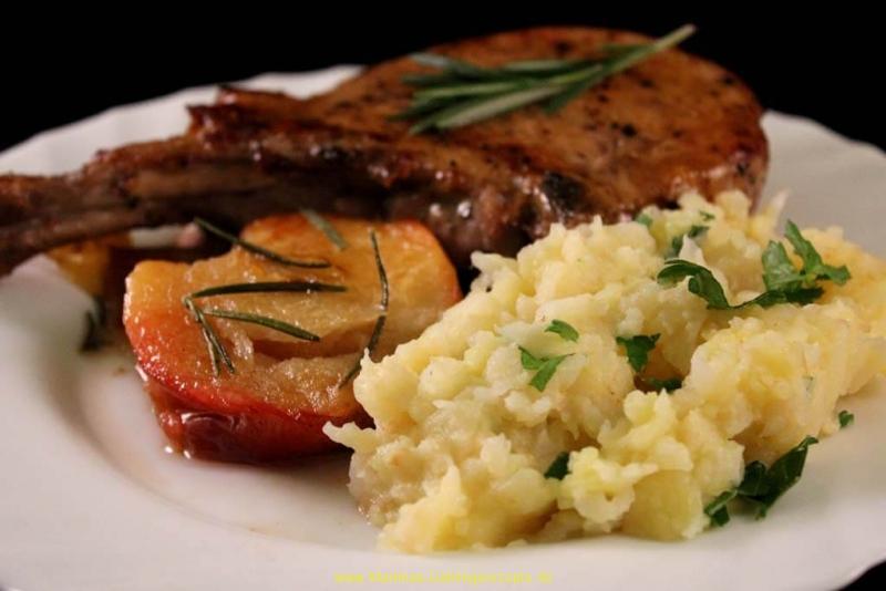 Schweinerücken French Racks mit Kartoffel-Selleriestampf und Rosmarin-Äpfel