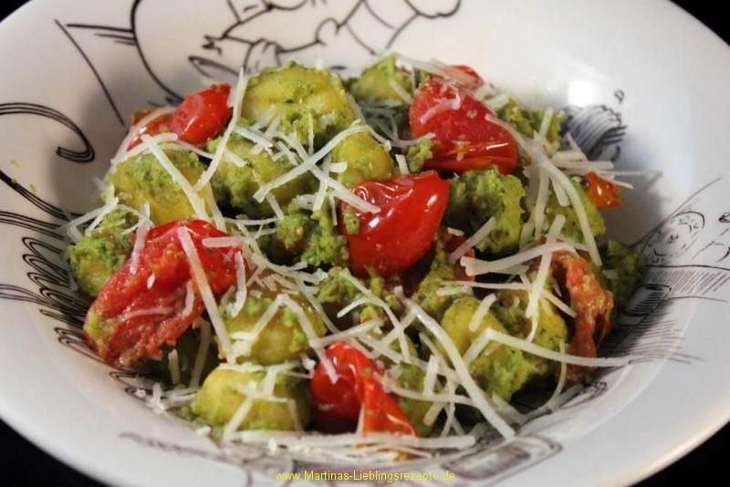 Foto zum Rezept: Gnocchi mit Basilikum-Avocado-Pesto auf www.martinas-lieblingsrezepte.de
