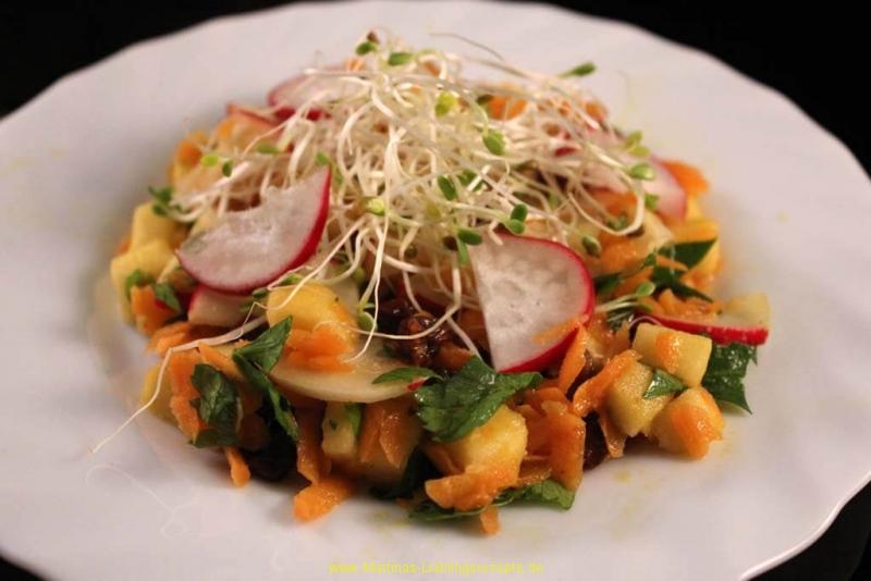 Fruchtiger Karotten-Apfel Salat mit Sesam-Dressing