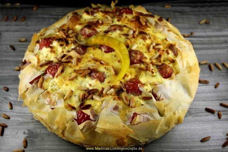 Griechische Kartoffel-Hacktaart mit Peperoni und Kirschtomaten
