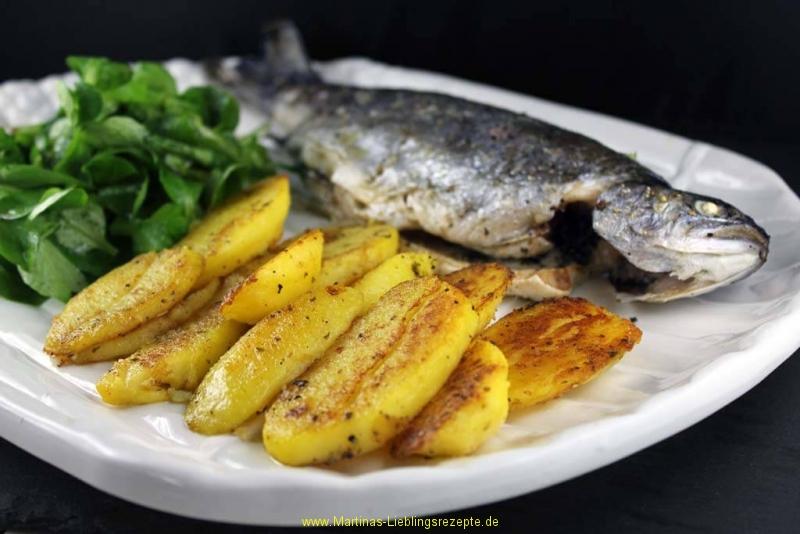 Ofenforelle mit Scheibenkartoffeln und Feldsalat