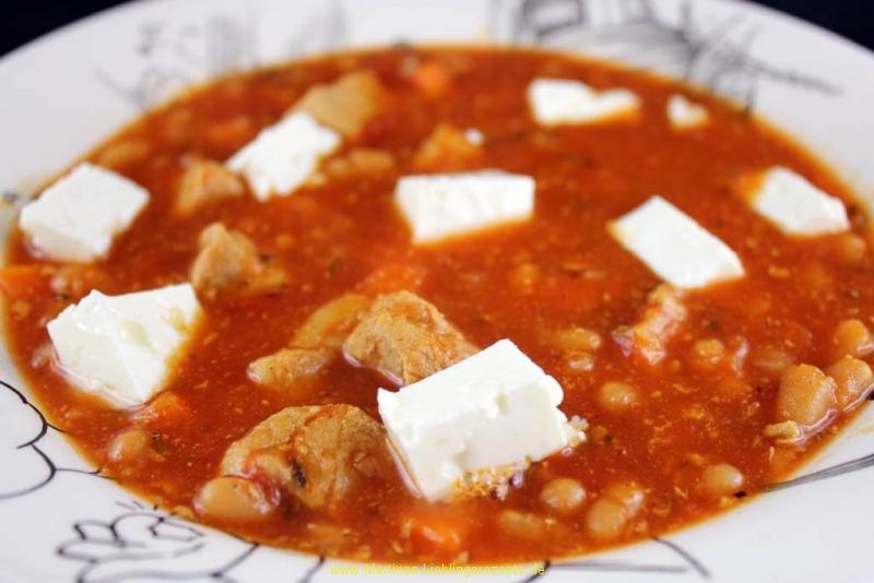Herzhafte Ofensuppe mit Feta und weißen Bohnen