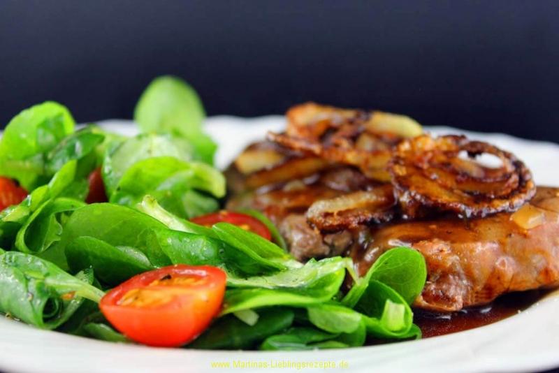 Rib-Eye-Steak mit Zwiebel-Bier Sauce und Feldsalat