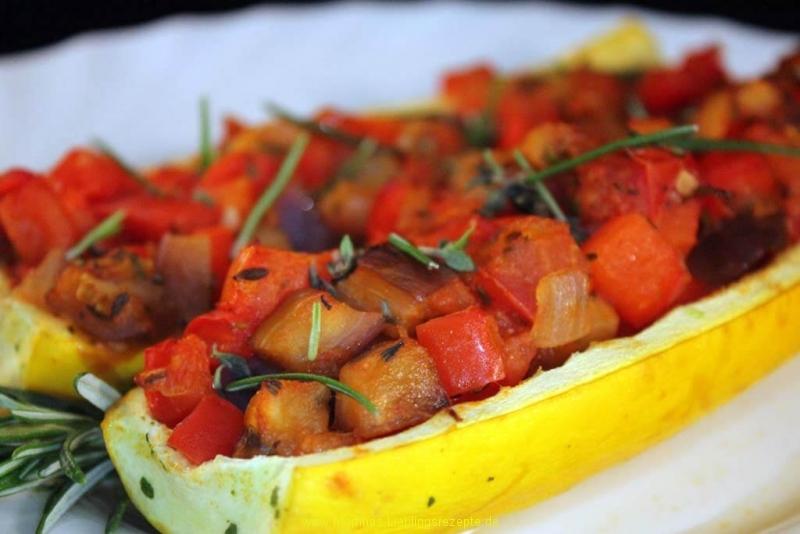 Gelbe Zucchini mit Ratatouille aus dem Ofen
