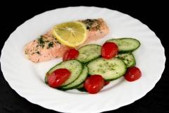 Lachsfilet mit Tomaten-Gurkensalat