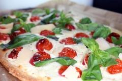 Pizza mit Cherrytomaten und Ziegenfrischkäse
