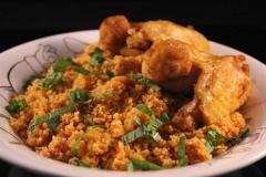 Scharfer Couscous mit Hähnchenflügel und Minze