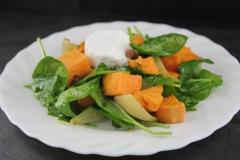 Süßkartoffelsalat mit Spinat und Ziegenfrischkäse