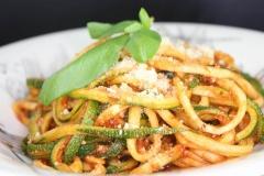 Zucchini-Spaghetti mit Tofu-Bolognese und Mandel Parmesan