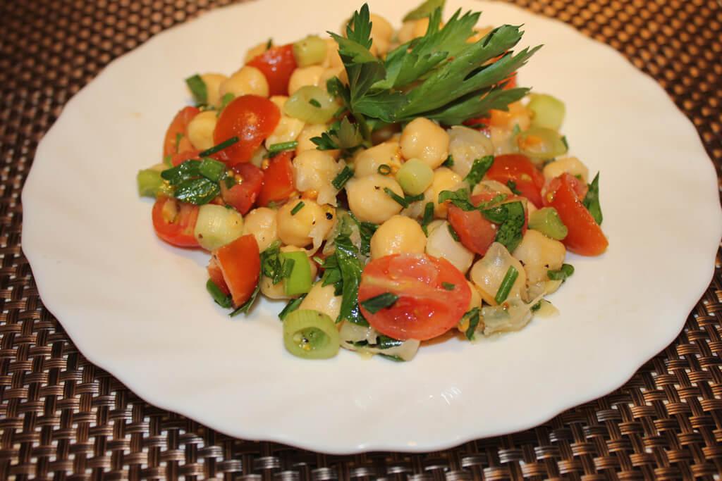 Kichererbsensalat mit Tomaten und Kräutern