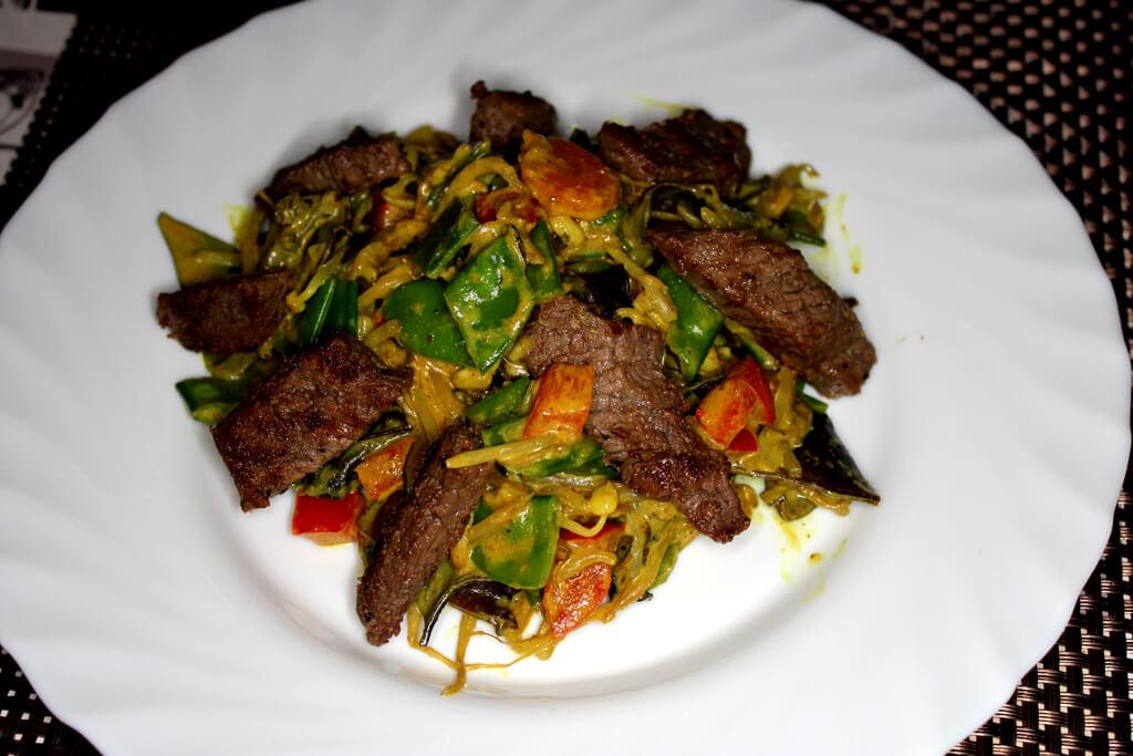 Gemüse-Wokpfanne mit Rinderhüftsteak