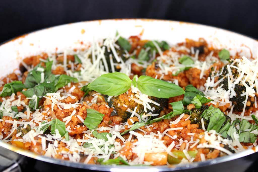 Gemüsepfanne mit Bulgur und Parmesan