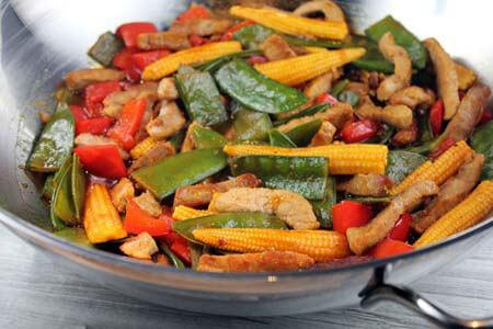 Foto zum Rezept: Schweinefleisch süß-sauer mit Wok-Gemüse auf www.martinas-lieblingsrezepte.de