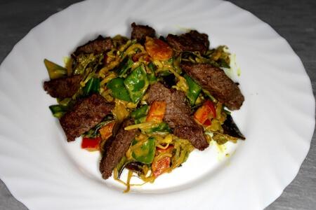 Foto zum Rezept: Gemüse-Wokpfanne mit Rinderhüftsteak auf www.martinas-lieblingsrezepte.de