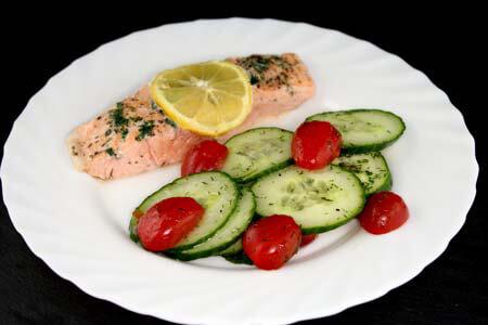 Foto zum Rezept: Lachsfilet mit Tomaten-Gurkensalat auf www.martinas-lieblingsrezepte.de