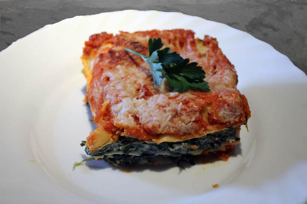 Lasagne mit Spinat und Tomaten-Sellerie-Möhrensugo