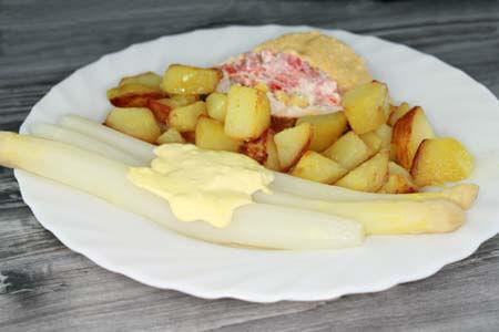 Foto zum Rezept: Gefüllter Putenbraten mit Spargel und Bratkartoffeln auf www.martinas-lieblingsrezepte.de