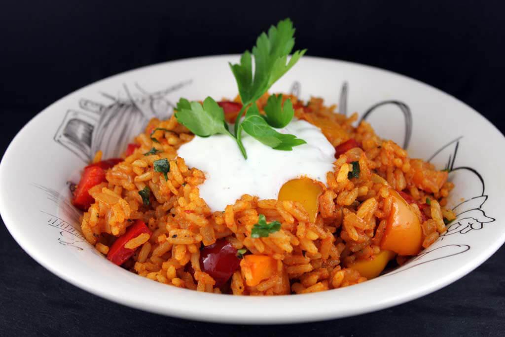 Reispfanne mit Paprika und Joghurtsauce
