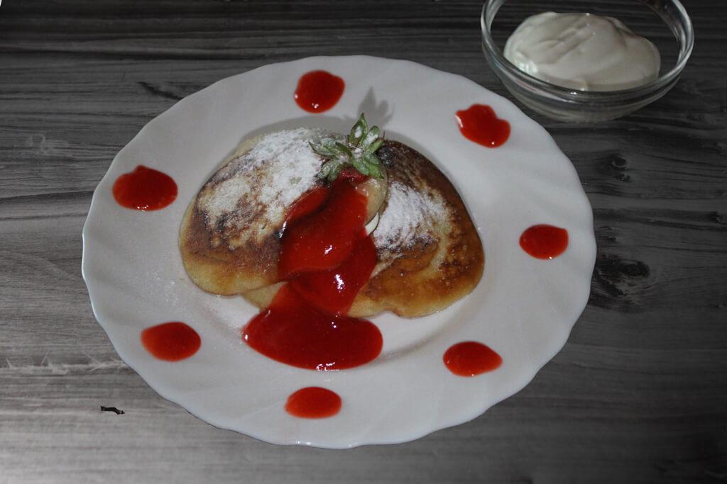 Pfannkuchen aus Sauerrahm mit Erdbeersoße