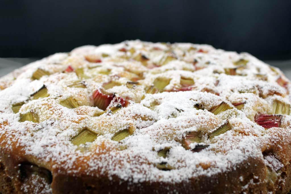 Foto zum Rezept: Rhabarber-Eierlikör Kuchen auf www.martinas-lieblingsrezepte.de