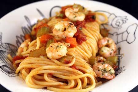 Foto zum Rezept: Spaghetti mit Tomaten und Garnelen auf www.martinas-lieblingsrezepte.de