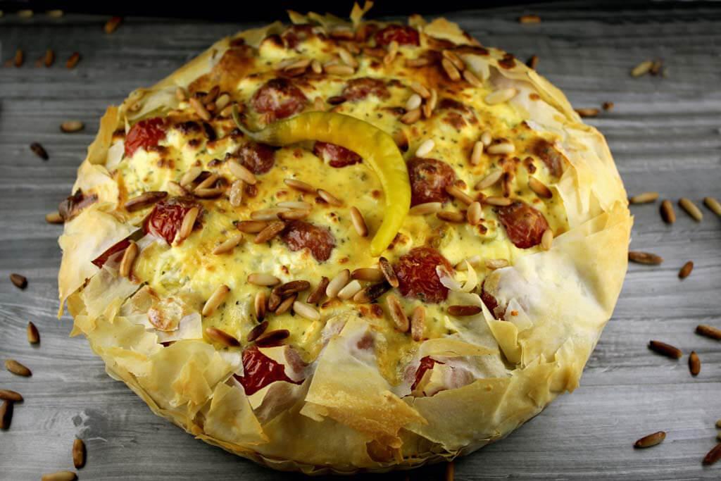 Foto zum Rezept: Griechische Kartoffel-Hacktaart mit Peperoni und Kirschtomaten auf www.martinas-lieblingsrezepte.de
