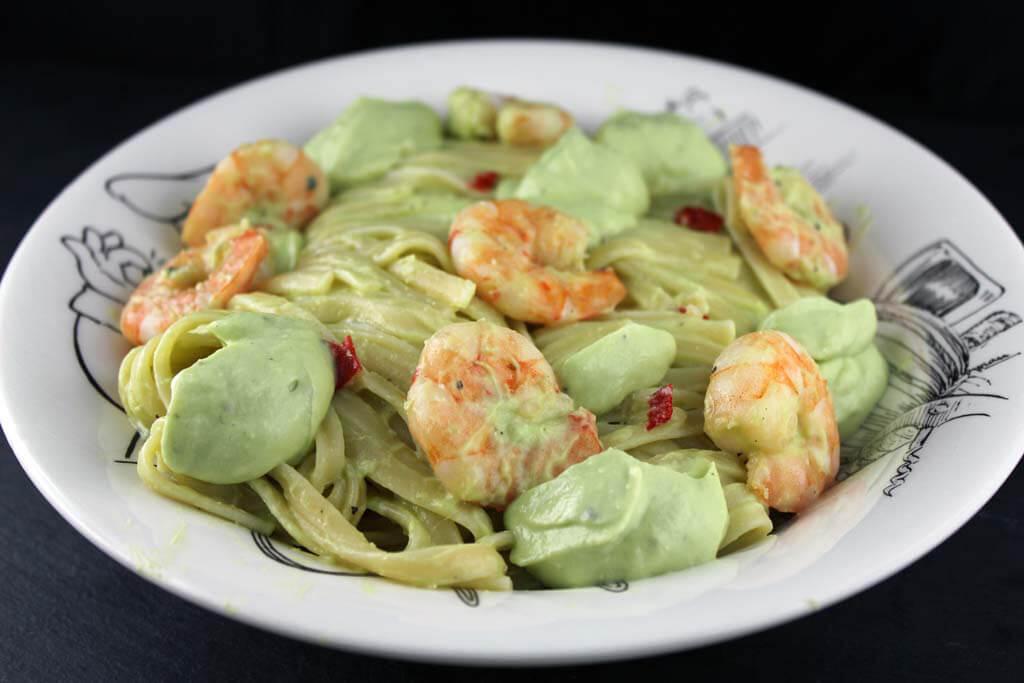 Foto zum Rezept: Pasta mit Avocadocreme und Chiligarnelen auf www.martinas-lieblingsrezepte.de