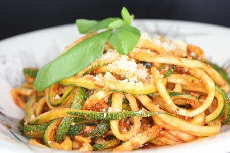 Foto zum Rezept: Zucchini-Spaghetti mit Tofu-Bolognese und Mandel Parmesan auf www.martinas-lieblingsrezepte.de