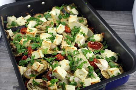 Foto zum Rezept: Ofengemüse mit gebackenem Feta auf www.martinas-lieblingsrezepte.de