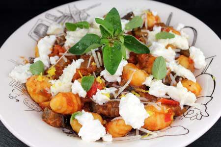 Foto zum Rezept: Selbstgemachte Gnocchi mit Auberginen-Sugo auf www.martinas-lieblingsrezepte.de