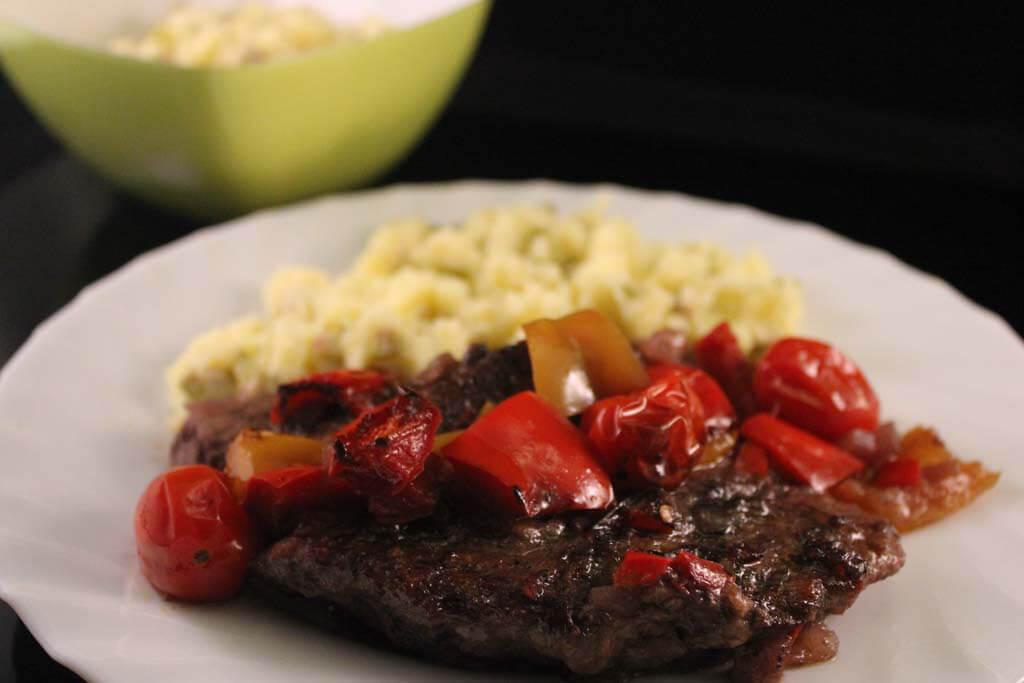Foto zum Rezept: Spanische Hüftsteaks aus dem Ofen mit Kartoffel-Oliven-Stampf auf www.martinas-lieblingsrezepte.de