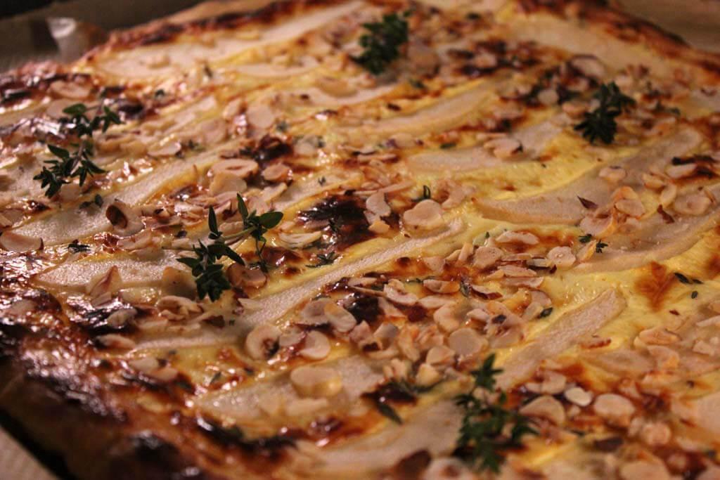 Foto zum Rezept: Birnen-Haselnuss-Tarte mit Bergkäse und Thymian auf www.martinas-lieblingsrezepte.de