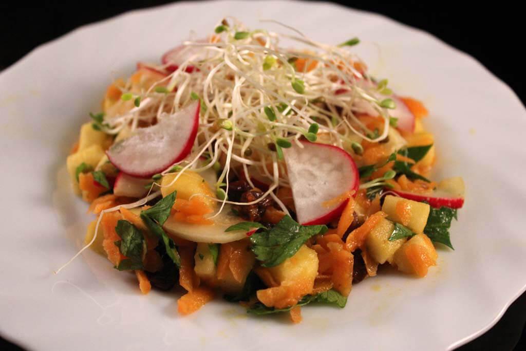 Foto zum Rezept: Fruchtiger Karotten-Apfel Salat mit Sesam-Dressing auf www.martinas-lieblingsrezepte.de