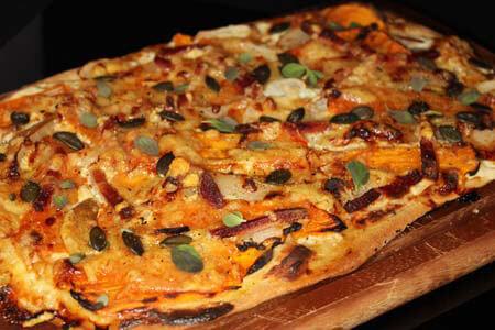 Foto zum Rezept: Kürbis-Flammkuchen mit Birne auf www.martinas-lieblingsrezepte.de